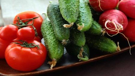 Grønnsaker kan spises rå, bakes, stekes - og lages smoothie av. (Foto: Illustrasjonsfoto)