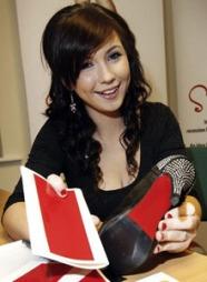 DE RØDE SÅLENE: Tara Houghton fra Irland driver nettbutikken Rosso Solini hvor du kan kjøpe selvklebende røde såler - til forveksling lik de ikoniske røde sålene til Christian Louboutin.