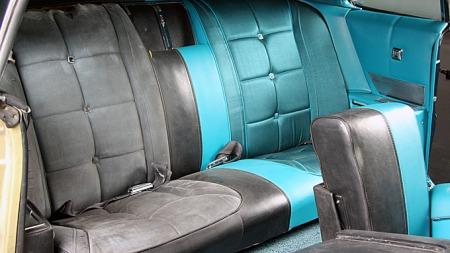 Bilen hadde det påkostede Deluxe-interiøret, originalt i sort. Det ble på alle måter en helt annen bil med nytt trekk og nye tepper i turkis farge. Photo courtesy of Precision Restorations