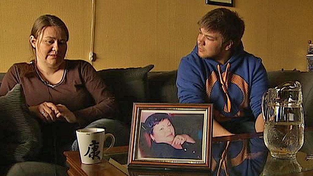 SAVNER MAMMA: Gunn Mari Sundsfjord og Jann-Ivan Karlsen mistet moren sin etter at Helgelandssykehuset i Mo i Rana rotet bort livsviktige røntgenbilder.  (Foto: TV 2)