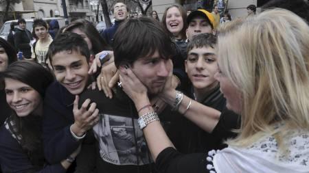 HJEM, KJÆRE HJEM: Kaotiske tilstander da Lionel Messi ankom fødebyen Rosario på juleferie i 2011. (Foto: Jose Granata/Ap)