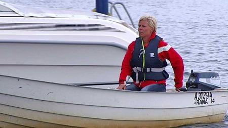 TO BRUDD:  Legene har konstatert to brudd i ryggen til Frp-lederen, men det skal ikke være fare for varige mén. Her er Jensen fotografert i fjor sommer i båten hun bruker til og fra hytta. (Foto: TV 2)