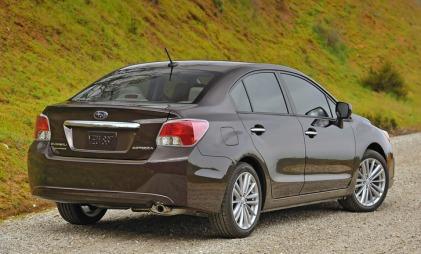 Ti år gammel Hyundai Elantra? Nei, dette er den hypermoderne Subaru Impreza i sedanutgave. (Foto: Subaru)