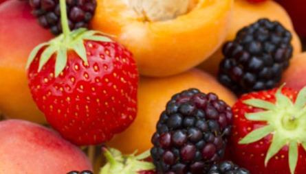 SKJØNNHET KOMMER INNENFRA: Spis mat som tilfører kroppen næringsstoffene den trenger. Frukt inneholder mange vitaminer som er viktig for en sunn og vakker hud.