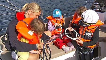 Lær barna å knyte knuter, så de er engasjerte ombord i en båt.   (Foto: God morgen Norge)