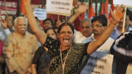 POPULÆR: Medlemmer fra Bharatiya Janta Party roper slagord mot myndighetene til støtte for landets populære yogaguru, Swami Ramdev. (Foto: SAJJAD HUSSAIN/Afp)
