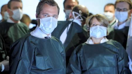 HÅPER TOPPEN ER NÅDD: Tysklands helseminister Daniel Bahr sier at det  er grunn til håp. 25 personer ha så langt mistet livet etter å ha blitt syke av en farlig variant av E. coli-bakterien. (Foto: FABIAN BIMMER/Reuters)