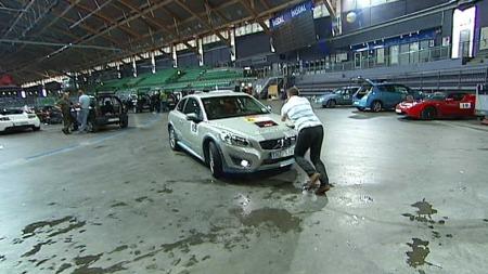 TRENGTE EN DYTT: Jan Erik Larsens Volvo nektet å rygge. (Foto: TV 2)