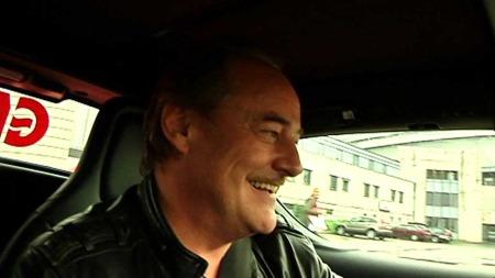 FULL GASS: Gliset kom fram da Eldar Vågan rattet en Tesla Roadster. (Foto: TV 2)