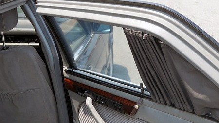 SEL´er med normalt baksete imponerer ofte med hele tre knapper på døren - for elvinduet, justerbar rygg og setevarme. Biler med separate stoler bak har imidlertid knappene for setejustering i midten, men her er det likevel hele fem spennende knapper å trykke på bare i døren... Foto: eBay