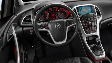 En ryddig førerplass bør være en selvfølge på en ny bil i dag, og Astra GTC Coupé ser lovende ut. Men man bør nok beregne en snau halvtime på å lære seg alle knappene i midtkonsollen. Foto: Netcarshow.com