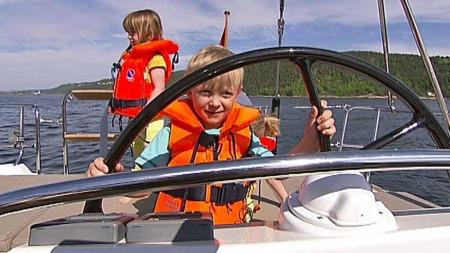 Barna får skryt av Redningsselskapet. De er ofte flinke både   med vest og fart. (Foto: God morgen Norge)