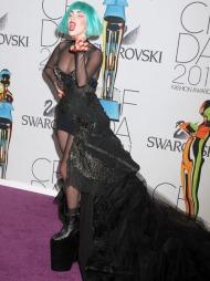 DJEVELEN LIGGER I DETALJENE: Lady Gaga stilte i sort på den røde løperen. Knallfargene var forbeholdt hår, lepper og negler.