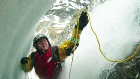 FARLIG REDNINGSAKSJON: Det var en kald og farlig aksjon for redningsmannskapene fra 330-skvadronen. (Foto: 330-skvadronen)