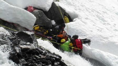 ISKALD: Anniken lå under isen i to timer før redningsmannskapene fikk henne ut. (Foto: STEINAR BLEKEN)