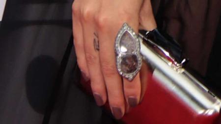 Nikki Reed har i tillegg til forlovelsesringen gått til anskaffelse av en mer permanent «forlovelsesring». Hun har tatovert inn «Paul» på fingeren.