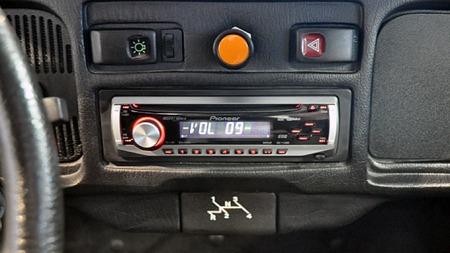 Gir-instruksjonene på askebegeret kjenner vi igjen fra den første bilen vi husker som barn, en Boble som trolig var fra 1965. Skai-trekk  gjør ikke dashboardet så mye mer moderne, og