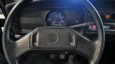 Både ratt og hendler er av adskillig mer moderne tapning enn de vi så i Boblene på 70-tallet, men sikkerhetsnivået er nok temmelig identisk. Airbag ble for eksempel aldri levert på disse bilene. Foto: Privat