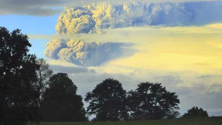 RØYK OG ASKE: Det siver ut av vulkanen Puyehue volcano, men ingen er meldt skadet så langt. (Foto: Scanpix / Martin Iniguez )