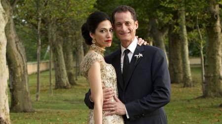 - GRAVID: Anthony Weiner er gift med Huma Abedin, som er en av utenriksminister Hillary Clintons nære medarbeidere. Nå venter paret sitt første barn, skriver The New York Times (Foto: AP Photo/Barbara Kinney/Scanpix)