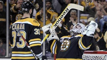 Keeper Tim Thomas (t.h.) jubler sammen med lagkamerat Zdeno Chara etter at Boston Bruins vant Stanley Cup forrige uke. (Foto: Harry How/Afp)