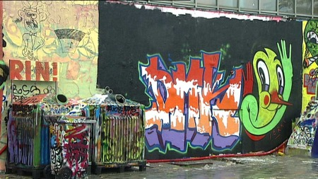 FÅR FLERE LOVLIGE GRAFFITIVEGGER:  I neste uke vedtar bystyret at minst sju nye, lovlige graffitivegger skal opprettes i byen.  (Foto: TV 2)
