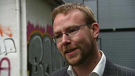 Kulturbyråd i Bergen  Harald Victor Hove lovpriser byens graffiti. (Foto: TV 2)