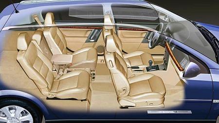 Mor og far er ikke interessert i bil, og barna har det trangt i baksetet. Høres ut som en Opel Signum kan være løsningen. Eller? Foto: Netcarshow.com