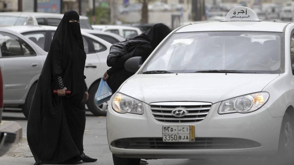 FÅR IKKE KJØRE BIL SELV: Kvinner i Saudi-Arabia må ta taxi. Hvis ikke risikerer de straff. (Foto: Hassan Ammar/Ap)