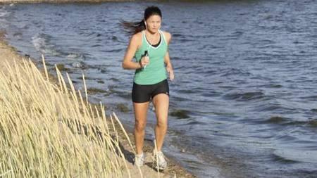 GLAD I Å LØPE: TV 2 Sportys reporter Sonja Ystaas har vanligvis musikk på øret når hun løper. (Foto: PRIVAT/)