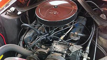 Mellom forskjermene banker hjertet i form av en 302 kubikktommers V8 på passende 240 hestekrefter. Originalt kom Cougar enten med 289 eller big block på 390 kubikktommer, samme motorer som i Mustang. Foto: Privat