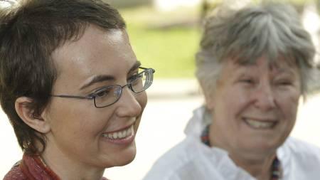 HAR GJORT FRAMGANG: Kongressrepresentanten Gabrielle Giffords   (40) ble livstruende såret da hun fikk et skudd i hodet på et utendørsmøte   med velgerne i Tucson i Arizona tidligere i år. Dette bildet av henne   ble lagt ut på hennes Facebook-dide søndag. Det er ikke kjent hvem kvinnen   i bakgrunnen er. (Foto: P.K. Weis/Ap)