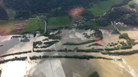 HELIKOPTER: Statsministeren fikk se skadene fra luften, og la ut dette bildet på Twitter etter at han hadde flydd over Gudbrandsdalen. (Foto: twitpic.com/photos/jensstoltenberg)