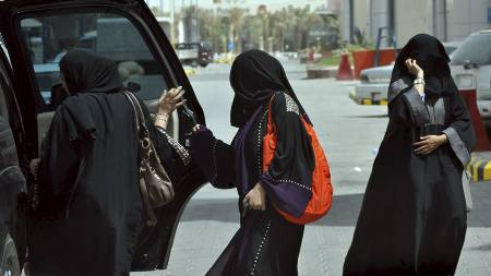 Tre kvinner setter seg inn i en bil i Riyadh tre dager før kvinneprotesten går av stabelen. (Foto: FAYEZ NURELDINE/Afp)