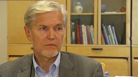 MENER BESLUTNINGEN ER RIKTIG: Finn Strand, kommunaldirektør for helse og inkludering i Bergen kommune (Foto: TV 2)