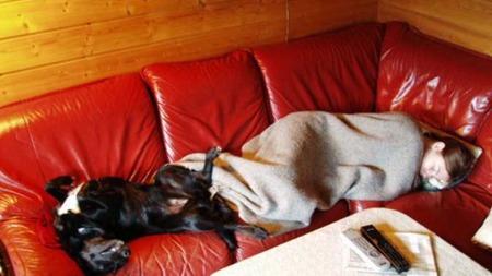 SOV MESTEPARTEN AV DØGNET: Da Elene var på sitt verste sov hun opp mot 18 timer i døgnet. Hunden holdt henne med selskap. (Foto: Privat)