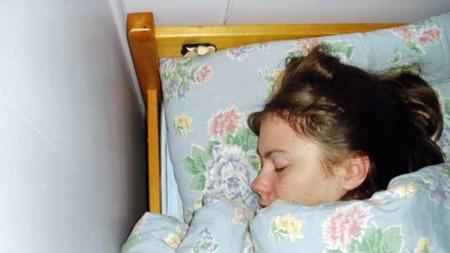 SOV STORE DELER AV DØGNET: Da Elene var på det verste sov hun opp mot 18 timer i døgnet. Hun tilbragte brorparten av døgnet i sengen eller på sofaen. (Foto: Privat)
