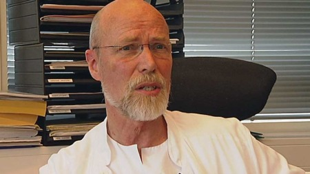 GIR HÅP: Professor Olav Mella ved Haukeland universitetssykehus, sier at de ser helt klare effekter av behandlingen og han er overbevist om de vil finne en kur.  (Foto: TV 2)