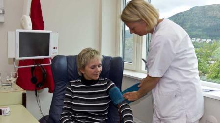VAR MED I STUDIEN: Anne Tveiterås var med i studien og hun går   nå til vedlikeholdsbehandling. Medisinen er i ferd med å gi effekt og   Anne er delvis tilbake i jobb. (Foto: TV 2)