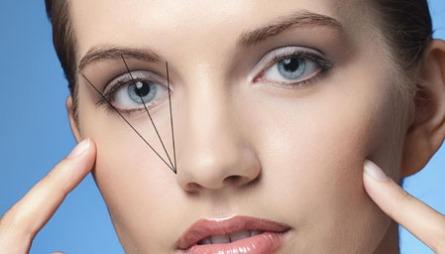 SLIK GJØR DU: Det finnes ingen fasit på hvordan øyenbrynene skal se ut, men det kan være greit å følge en mal. Plassér en pensel eller blyant som på bildet for å finne ut hvor øyebrynet ditt bør begynne og slutte, samt hvor det høyeste punktet på øyenbrynet ditt bør være.