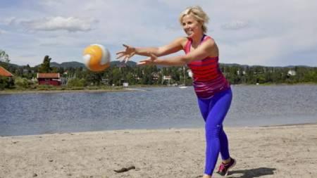 EFFEKTIV MAGETRENING: - Tren magen i bevegelser- ikke låste posisjoner. Kast med medisinball er utrolig effektivt og moro, sier Sporty-ekspert Anne Marte H. Sneve. (Foto: Elisabeth Sperre Alnes, Dagbladet/)