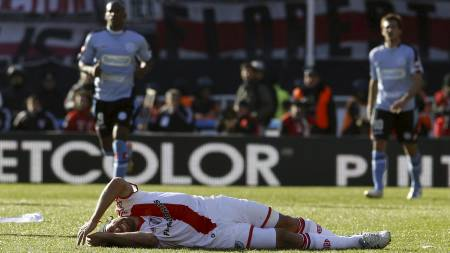 River Plate's Mariano Pavone gestures after falling during a play at an Argentine promotion soccer game with Belgrano in Buenos Aires, Argentina, Sunday June 26, 2011. River Plate must win Sunday's game against second-division Belgrano by two goals, or it will be playing in second division next season for the first time in the club's history. (AP Photo/Natacha Pisarenko) (Foto: Natacha Pisarenko/Ap)