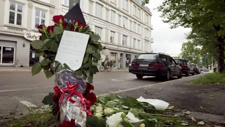 BRUTALT DRAP: Venner og bekjente la ned blomster og skrev minneord ved åstedet på Bislett etter det brutale drapet forrige helg. (Foto: Junge, Heiko/Scanpix)