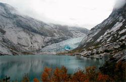 Nigardsbreen fikk navnet sitt under den lille istid. I 1748 ødela isen gården Nigard. Bildet er tatt i 2005. (Foto: Wikipedia Commons)