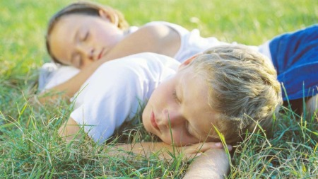 La gjerne barna sove på dagtid i ferien. (Foto: Illustrasjonsfoto)