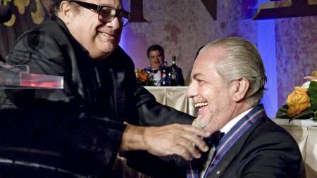 NEKTER Å SELGE: Napolis president Aurelio De Laurentiis er også   filmprodusent. Her er han sammen med Hollywood-stjernen Danny DeVito.   (Foto: Cliff Owen/Ap)