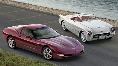Det ligger mye amerikansk stolthet og prestisje i og mellom disse bilene, 2003 Corvette til venstre og den opprinnelige 1953-modellen til høyre. C5-generasjonen var den som fikk det amerikanske ikonet opp på nivå, og i enkelte tilfeller forbi langt dyrere europeiske konkurrenter. Foto: Netcarshow.com
