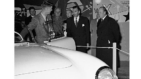 Glemt sensasjon: Som dette bildet viser var det faktisk en Corvette på norsk jord allerede i 1954! Denne ble vist frem for blant annet daværende kronprins Olav (til høyre) på messen