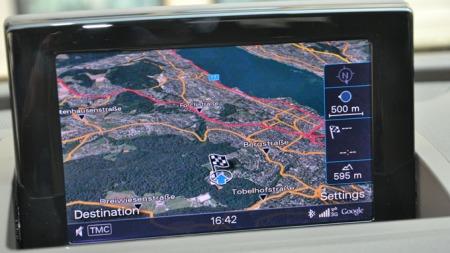 Skjermen til navigasjonen er av typen som vipper opp. Ikke like pent som når den er integrert i dasjbordet, men grafikken er topp, med bilder fra Google Earth.