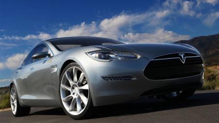 Tesla S er i utgangspunktet bakhjulsdrevet, men det forventes at det blir mulig å bestille den som firehjulstrekker etterhvert.